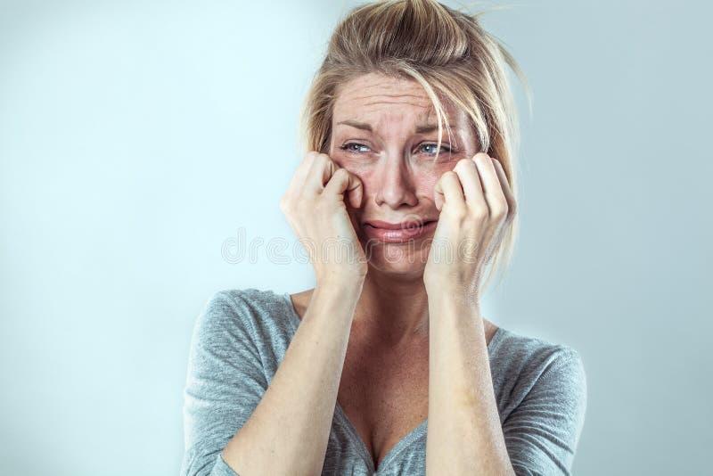 Mujer desilusionada que llora con los rasgones grandes que expresan tristeza imagenes de archivo