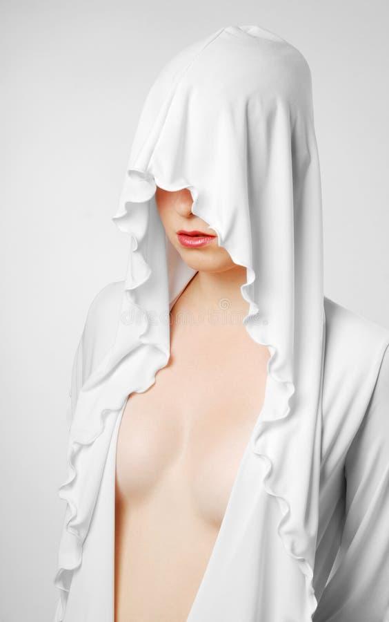 Mujer desnuda cerrada con el capo motor blanco imagen de archivo libre de regalías