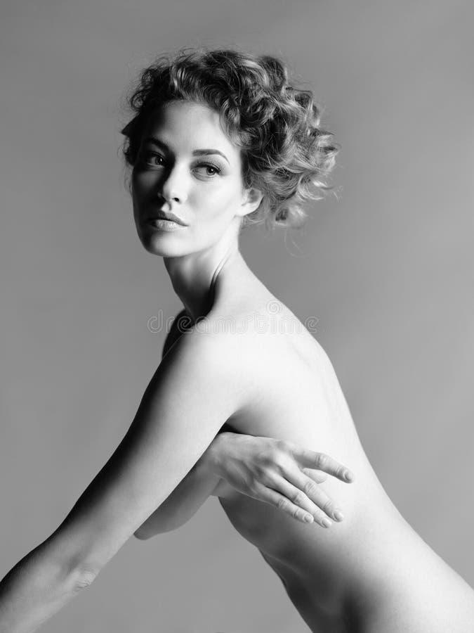 Download Mujer Desnuda Con El Peinado Elegante En Fondo Gris Foto de archivo - Imagen de mano, hermoso: 100531352