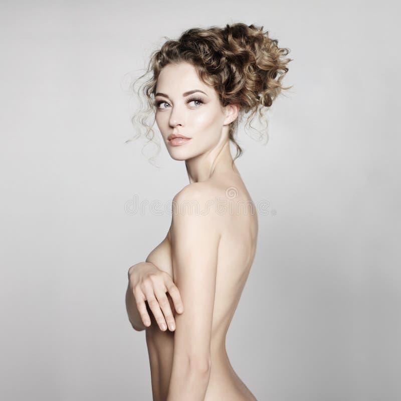 Download Mujer Desnuda Con El Peinado Elegante En Fondo Gris Foto de archivo - Imagen de arte, fine: 100531366