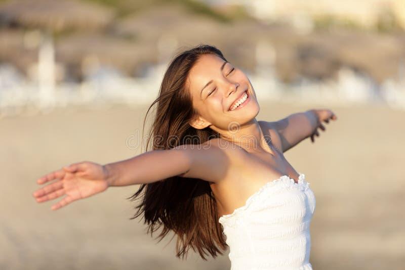 Mujer despreocupada de la playa feliz imagenes de archivo