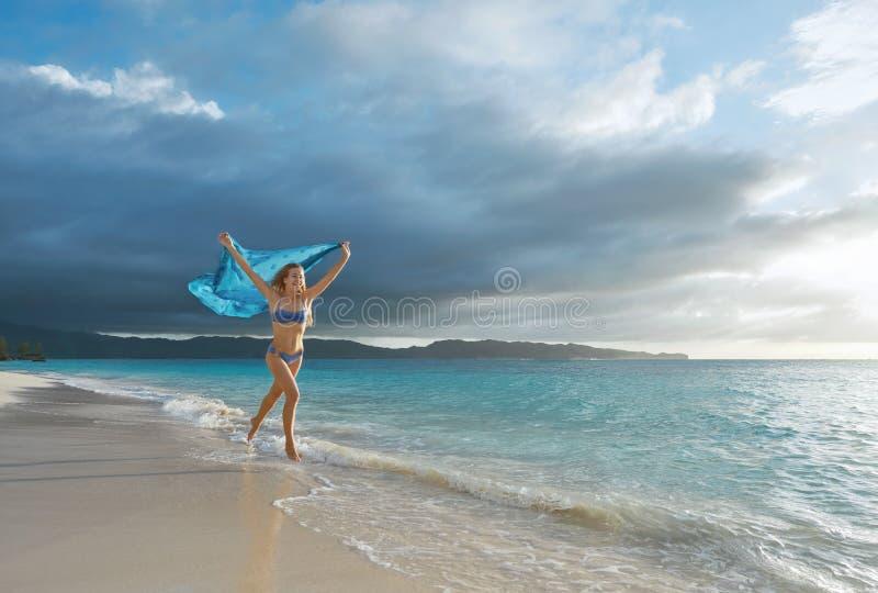 Mujer despreocupada feliz que disfruta de salida del sol hermosa en el tropical fotos de archivo libres de regalías