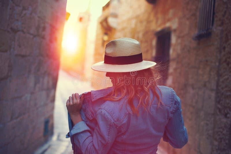 Mujer despreocupada joven que presenta en la calle mediterránea cambiante imágenes de archivo libres de regalías