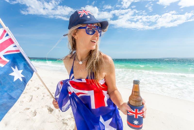 Mujer despreocupada que celebra el día de Australia foto de archivo libre de regalías