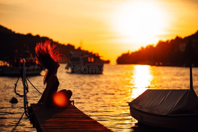 Mujer despreocupada sensual del verano que disfruta de vacaciones Tensión de la playa menos forma de vida Viajero apto que disfru fotografía de archivo libre de regalías