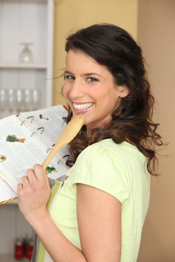 Mujer después de una receta fotografía de archivo