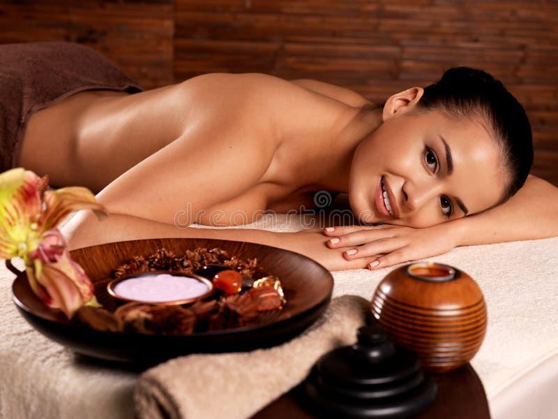 Mujer después del masaje en salón del balneario imagen de archivo