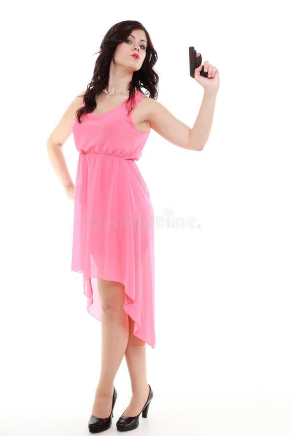 Mujer detective atractiva del espía que sostiene el arma aislado foto de archivo