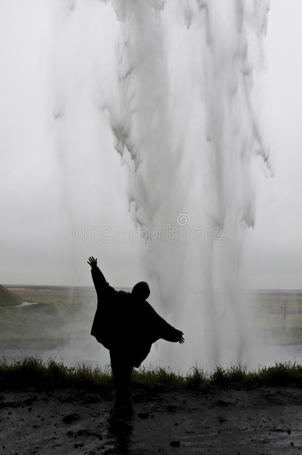 Mujer detrás de la cascada imagenes de archivo