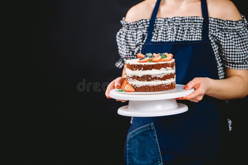 Mujer diseñada Pin-para arriba que presenta la torta foto de archivo libre de regalías