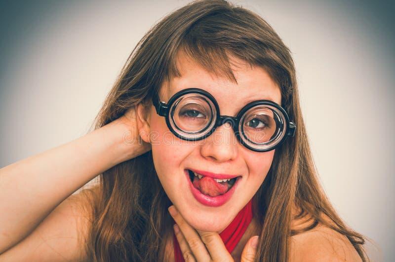 Mujer divertida del empollón o del friki con la expresión sexual en cara imagen de archivo