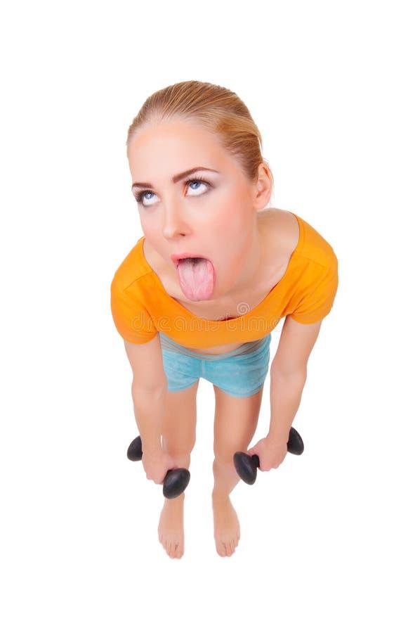 Mujer divertida joven con pesas de gimnasia foto de archivo