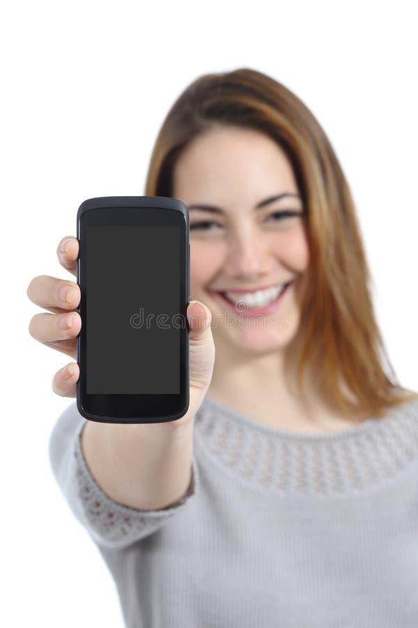 Mujer divertida que muestra una exhibición elegante en blanco del teléfono fotografía de archivo libre de regalías