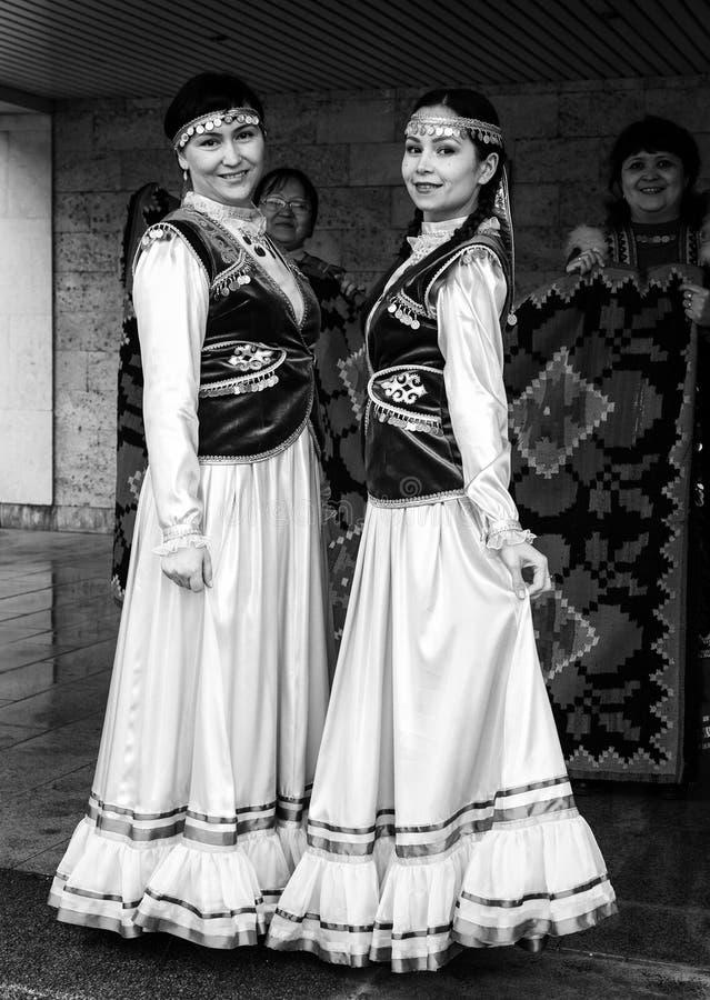 Mujer dos en vestido bashkir ruso nacional imagen de archivo