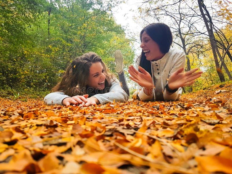Mujer dos que se ríe del parque fotos de archivo