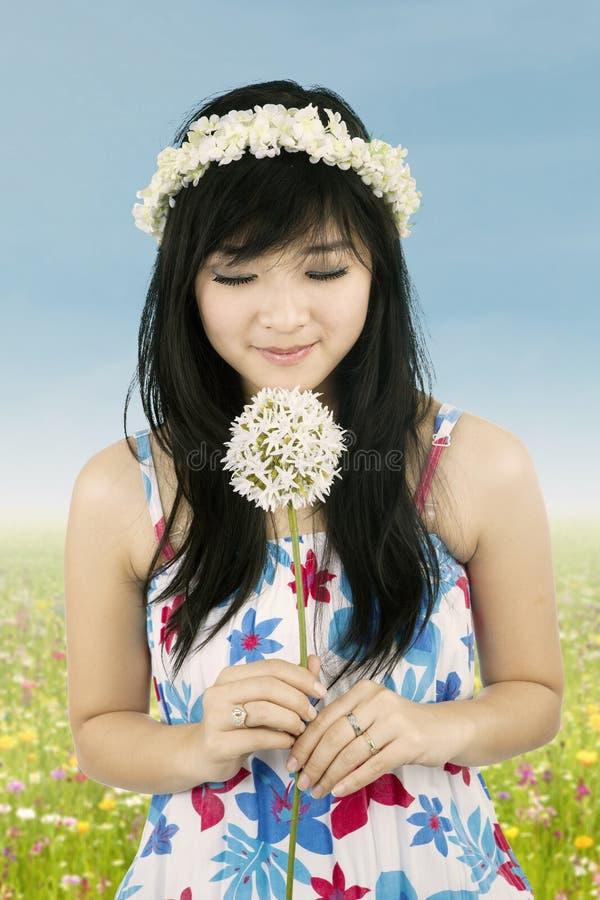 Mujer dulce con la corona de la flor fotos de archivo
