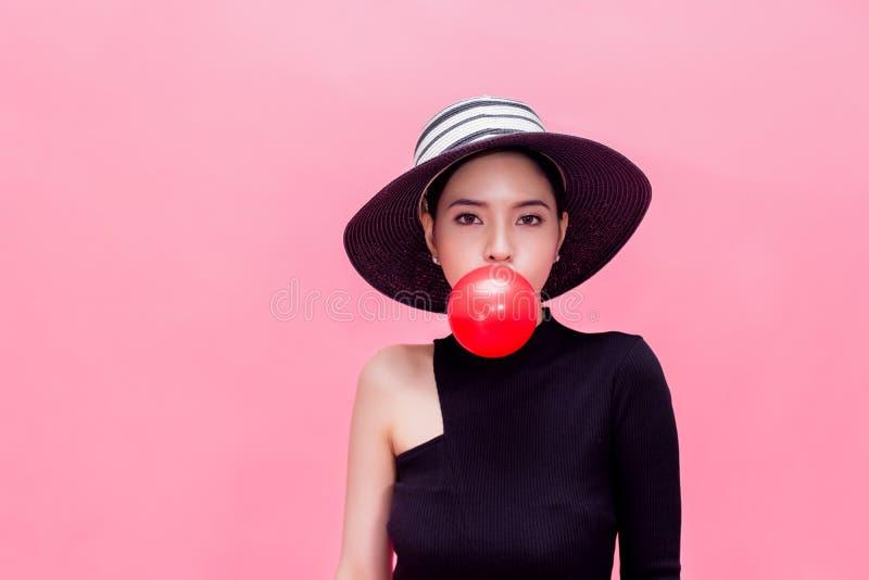 Mujer dulce y atractiva joven en la moda de lujo imagenes de archivo
