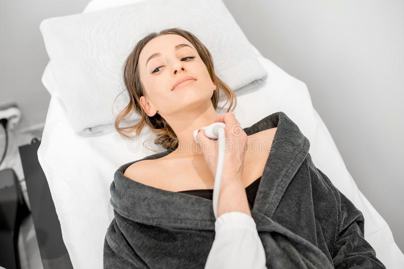 Mujer durante el examen del ultrasonido foto de archivo libre de regalías
