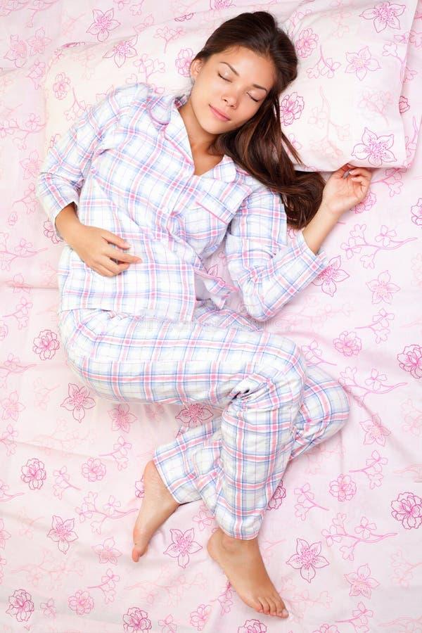Mujer durmiente en cama imágenes de archivo libres de regalías