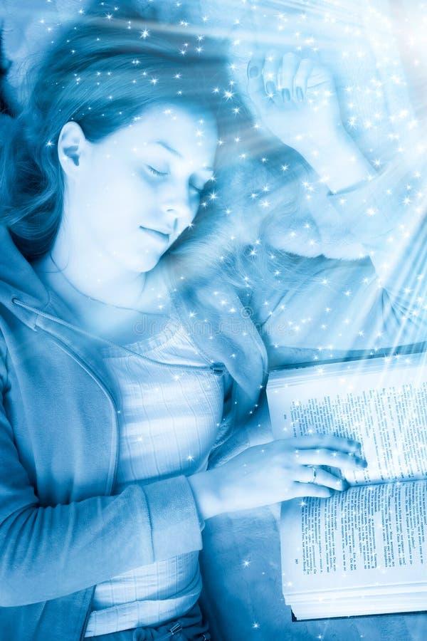 Mujer durmiente joven con el libro imagenes de archivo