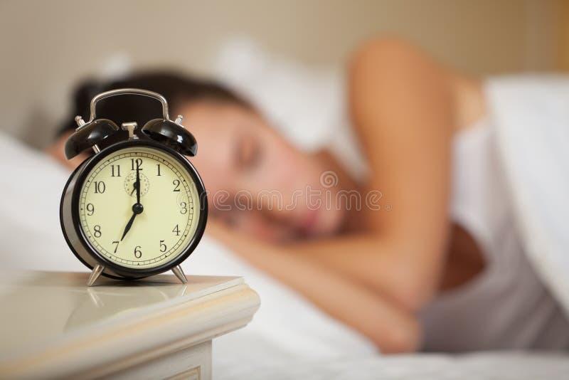 Mujer durmiente joven en dormitorio. imágenes de archivo libres de regalías