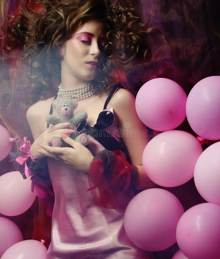 Mujer durmiente que miente en piso entre los globos foto de archivo libre de regalías