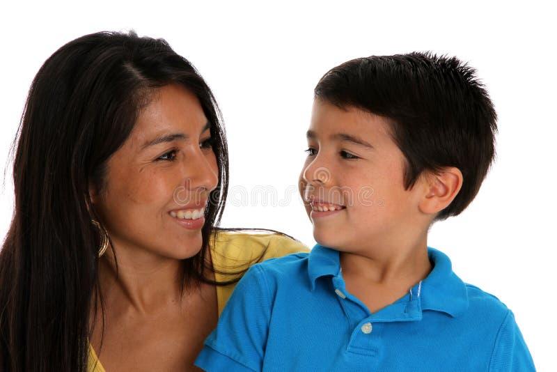 Mujer e hijo en el fondo blanco fotos de archivo