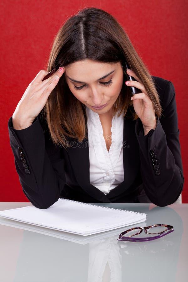 Mujer ejecutiva con la expresión del trastorno imagen de archivo libre de regalías