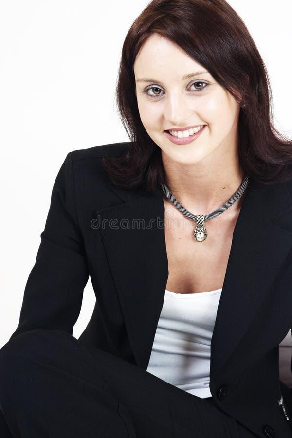 mujer ejecutiva joven en un posaition relaxed imagen de archivo