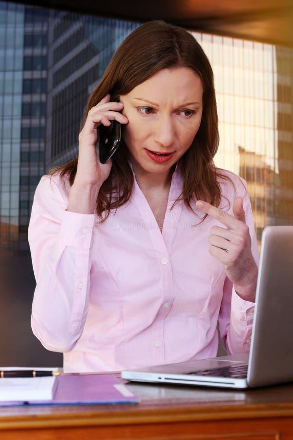 Mujer ejecutiva que le pregunta que habla conmigo la oficina de negocios fotografía de archivo