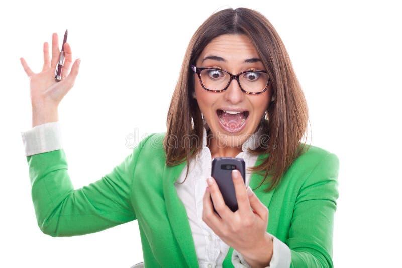 Mujer ejecutiva que mira el teléfono fotos de archivo