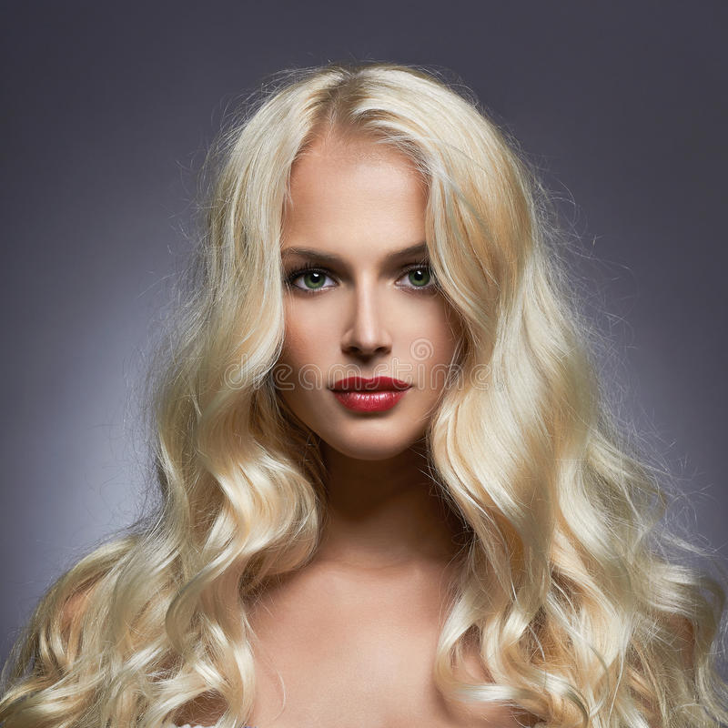 Mujer el pelo sano brillante foto de archivo