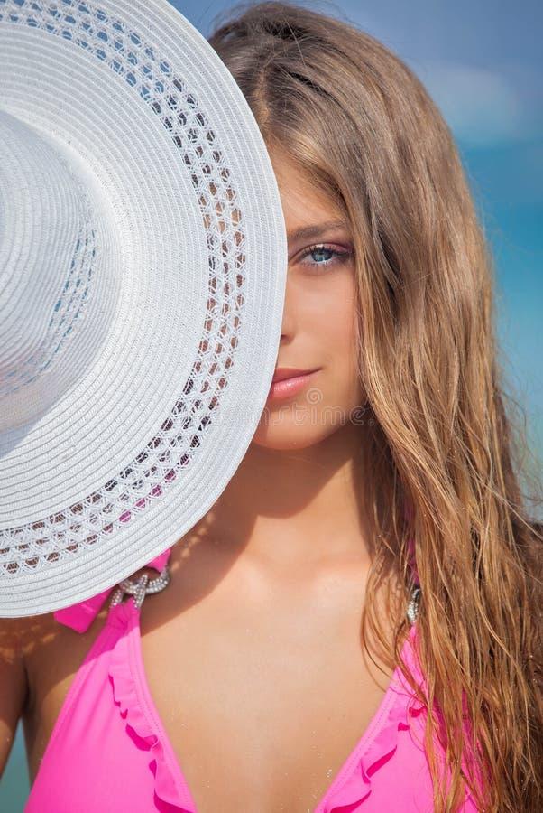 Mujer el vacaciones con el sunhat imagen de archivo libre de regalías