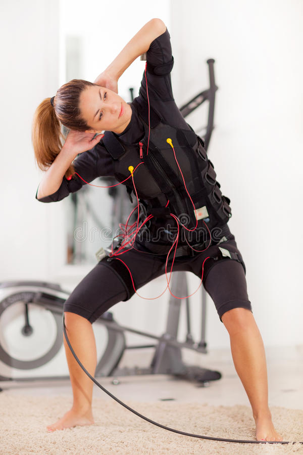 Mujer, electro ejercicio muscular del estímulo del ccsme fotografía de archivo