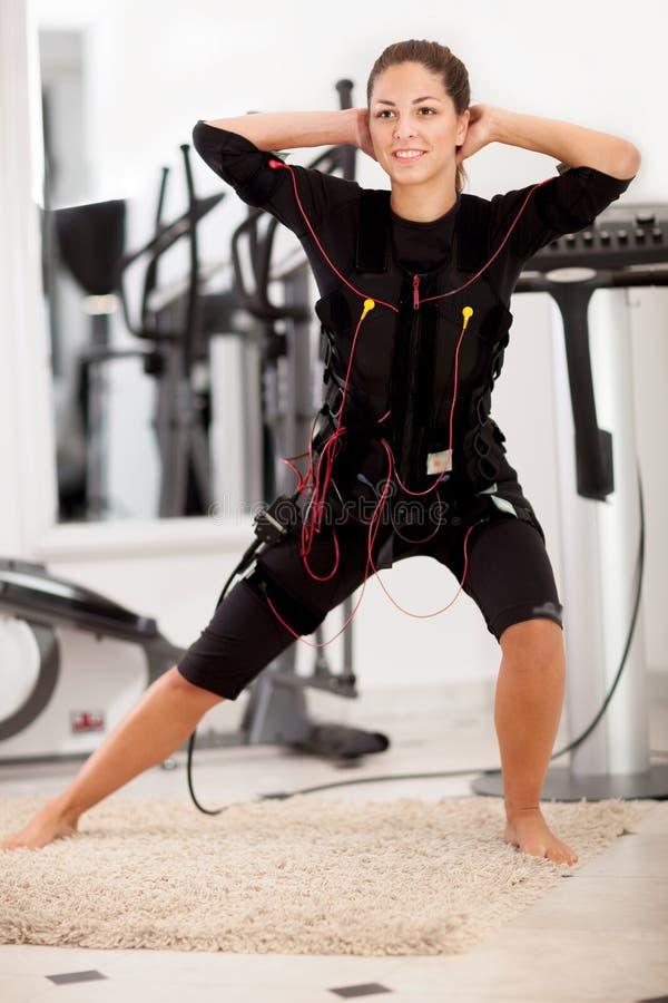 Mujer, electro ejercicio muscular del estímulo del ccsme foto de archivo