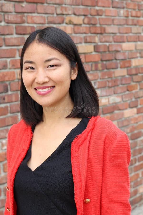 Mujer elegante asiática que sonríe cerca para arriba foto de archivo