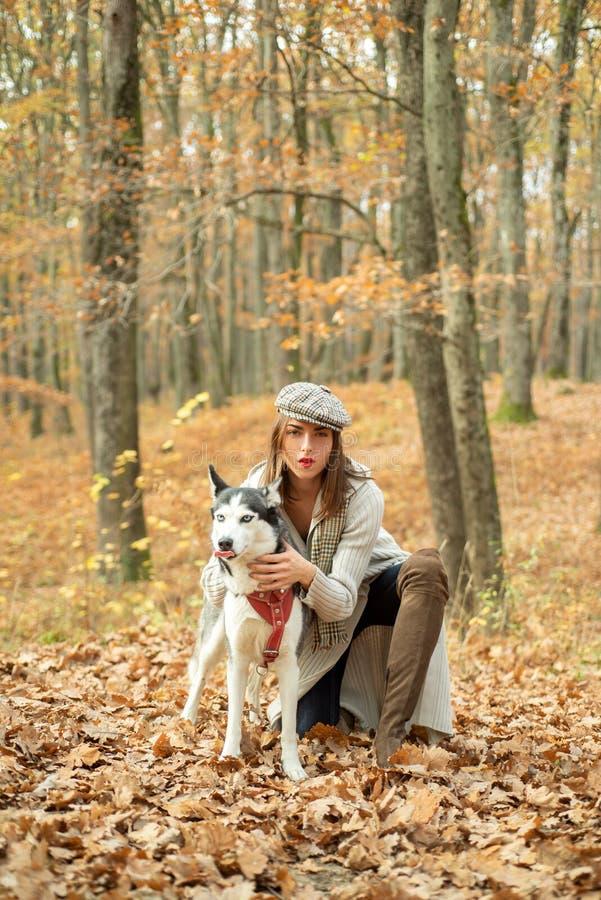 Mujer elegante bonita de la muchacha que camina con concepto pedigr? del perro del perro del bosque fornido del oto?o Mejores ami fotos de archivo libres de regalías