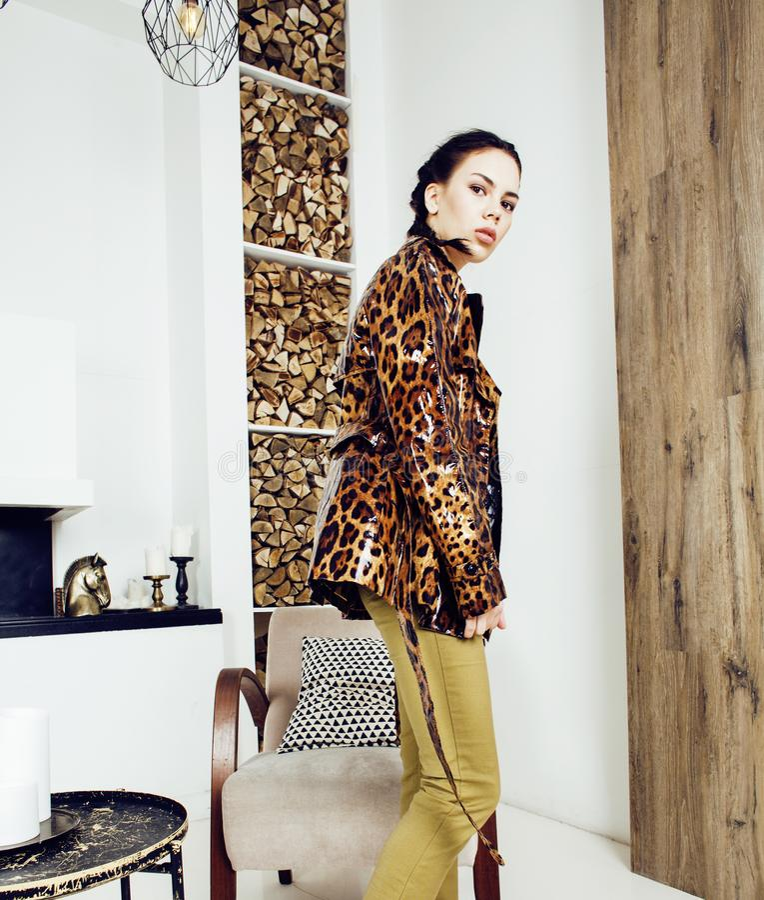 Mujer elegante bonita en vestido de la moda con el estampado leopardo en el interior de lujo de la casa, concepto de la gente de  imagen de archivo libre de regalías