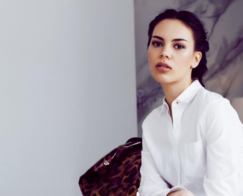 Mujer elegante bonita en vestido de la moda con el estampado leopardo en el interior de lujo de la casa, concepto de la gente de  imágenes de archivo libres de regalías