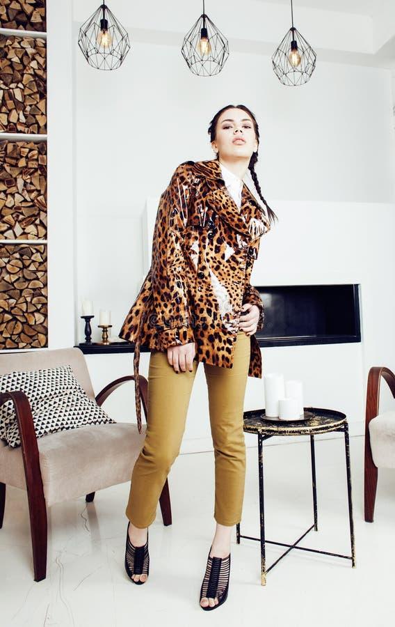 Mujer elegante bonita en vestido de la moda con el estampado leopardo en el interior de lujo de la casa, concepto de la gente de  fotografía de archivo libre de regalías