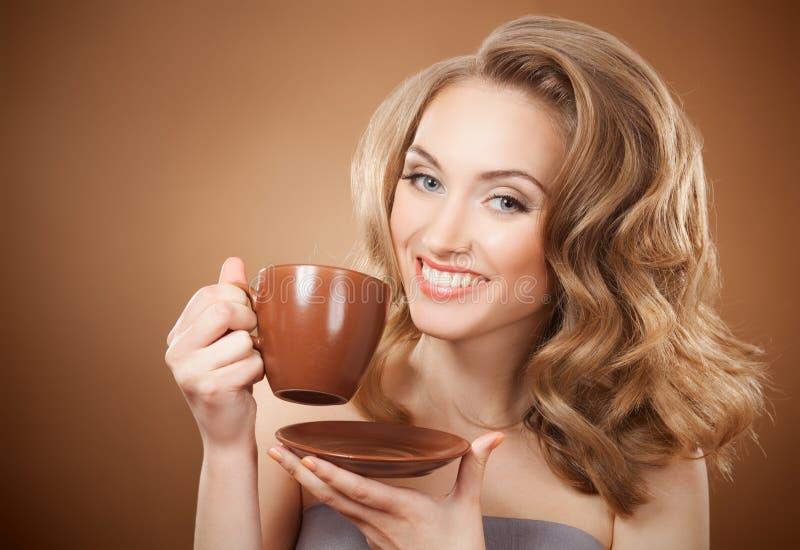 Mujer elegante con café en manos foto de archivo