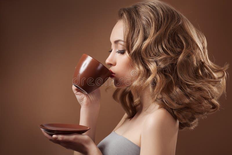 Mujer elegante con café en manos imagen de archivo libre de regalías