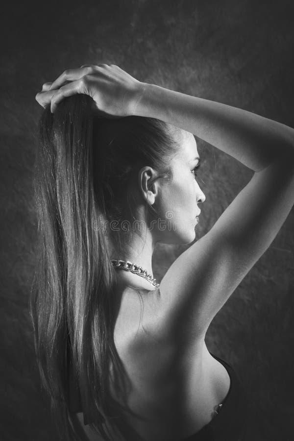 Mujer elegante con el bw largo del retrato de la belleza del pelo imagen de archivo