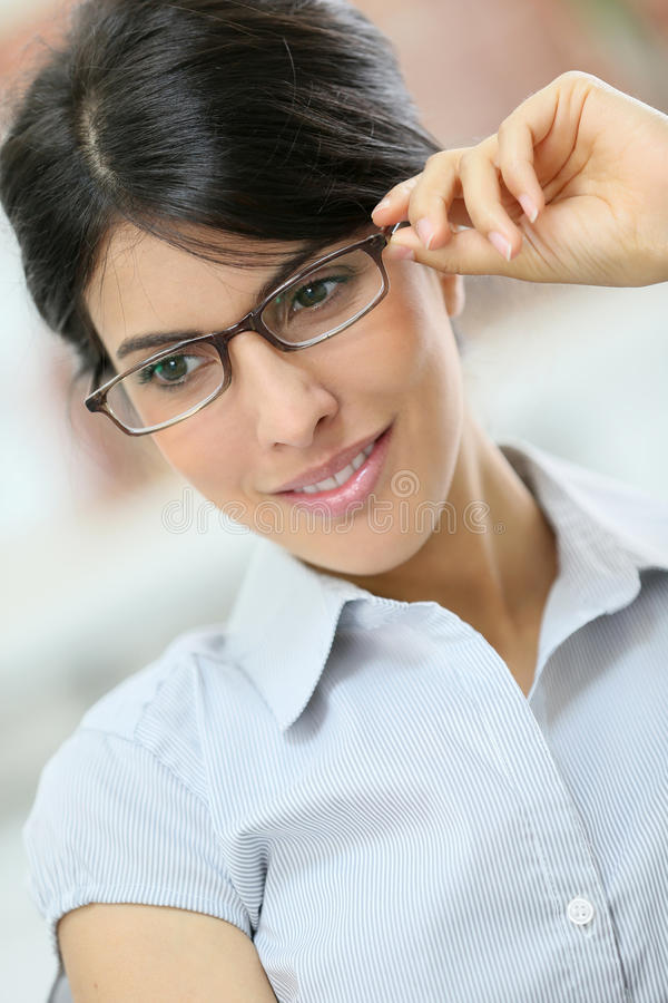 mujer elegante con las lentes imagenes de archivo