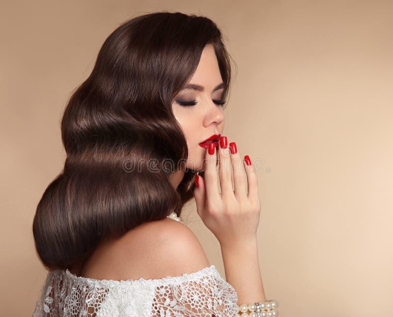 Mujer elegante con maquillaje rojo de los labios, los clavos manicured y wa retro fotos de archivo