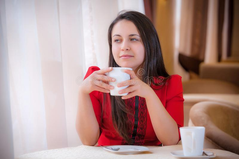 Mujer elegante con una taza del t? en caf fotos de archivo
