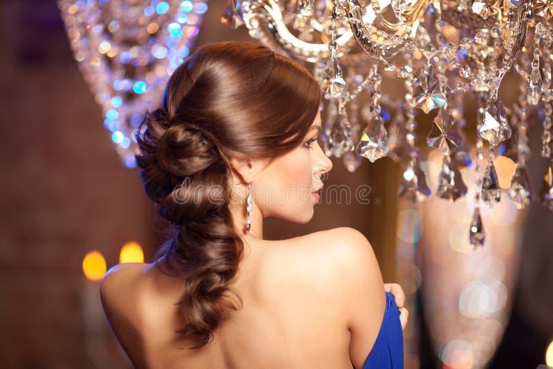 Mujer elegante de la moda de lujo en el interior rico Gir hermoso foto de archivo