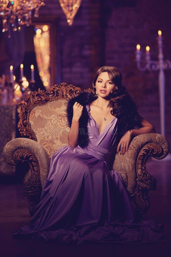 Mujer elegante de la moda de lujo en el interior rico Gir hermoso imágenes de archivo libres de regalías