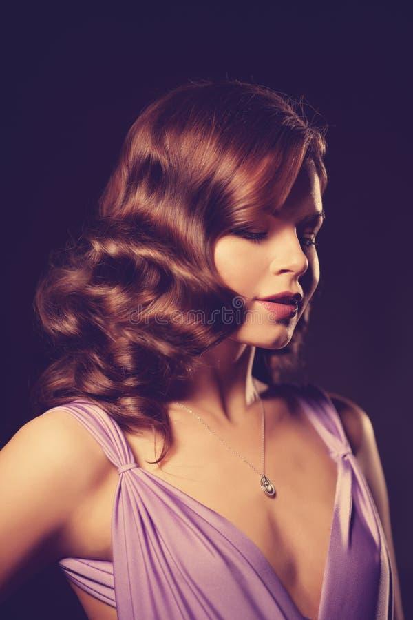 Mujer elegante de la moda de lujo en el interior rico Gir hermoso fotografía de archivo libre de regalías