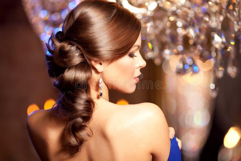 Mujer elegante de la moda de lujo en el interior rico Muchacha w de la belleza fotografía de archivo libre de regalías